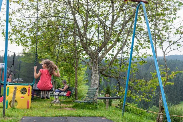 bambina sull altalena al parco giochi