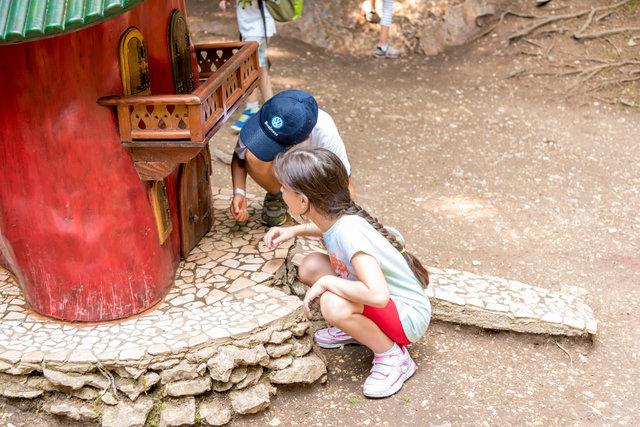 bambini curiosi al villaggio