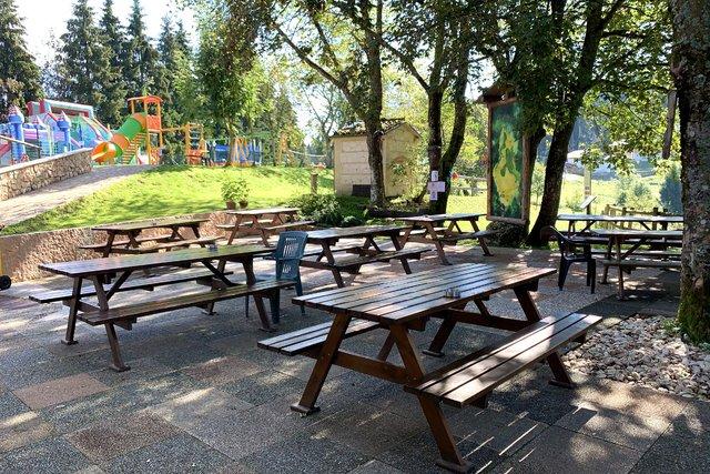 tavoli esterni con vista sul parco giochi